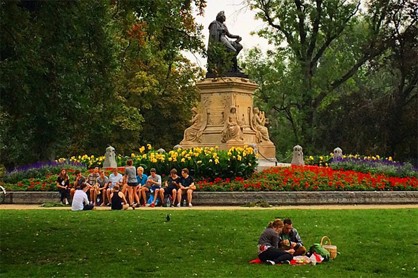 Relaxando na grama com os locais no Vondelpark