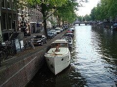 De canais e barcos na Holanda
