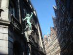 Foto do dia – Estátua e casas em Antuérpia