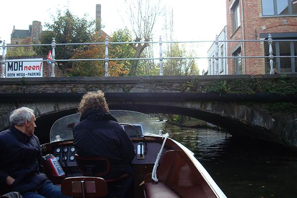 Guia de barco no passeio em Bruges