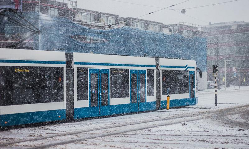 Transporte publico de Amsterdam na neve