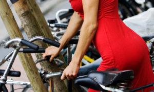 Sexy Amsterdam - moça de vestido vermelho na bike