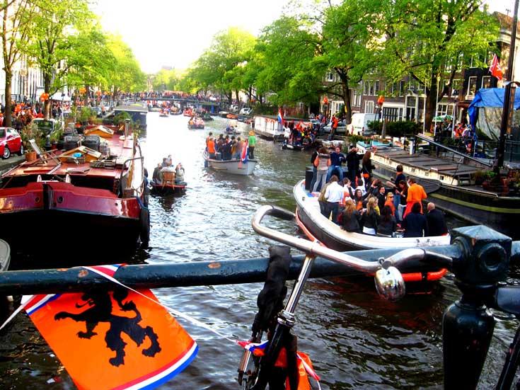 Dia do Rei: desfile de barcos em Amsterdam