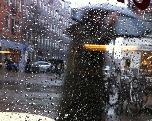 Amsterdam com chuva: cafe
