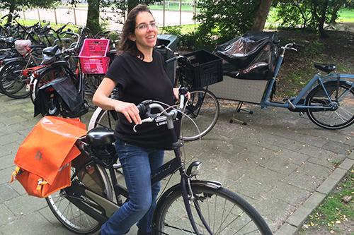 """Carla pedalando com 9 meses de barrigão (Na blusa dela tá escrito """"Loading.... [uma barra de progresso]"""". Geeks...)"""