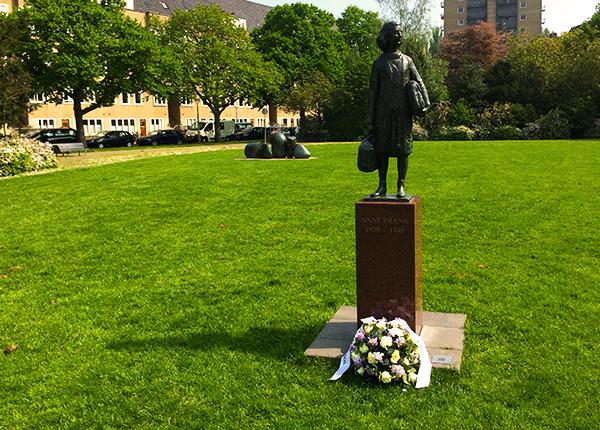 Estátua da Anne Frank na Merdeweplein
