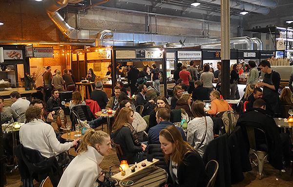 É tipo uma praça de alimentação, só que sem big corps, com comida não industrializada e sem o shopping center em volta (Foto: Franklin Heijne CC BY-SA)