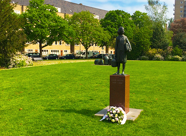 Estátua perto da verdadeira Casa da Anne Frank