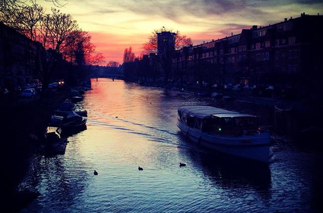 Vista sobre ponte em Amsterdam