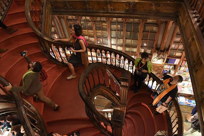 O que fazer no Porto: escadaria da livraria Lello