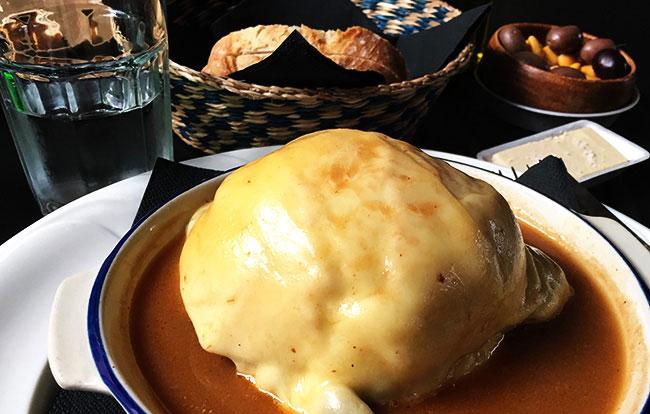 O que comer no Porto: a famosa Francesinha