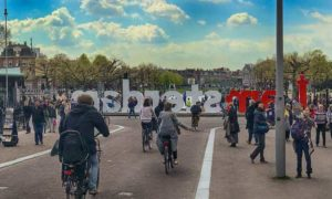 É verdade que Amsterdam está cheia, suja e mandando turista embora?