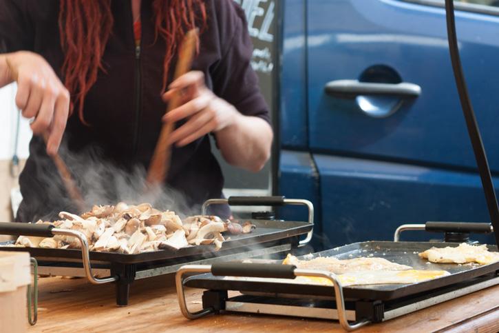 Na feira de orgânicos Noordermarkt em Amsterdam: Barraca de cogumelos fritando cogumelos na hora pra servir num sanduíche.