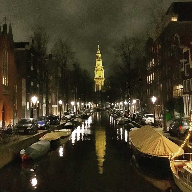 Canal de Amsterdam iluminado