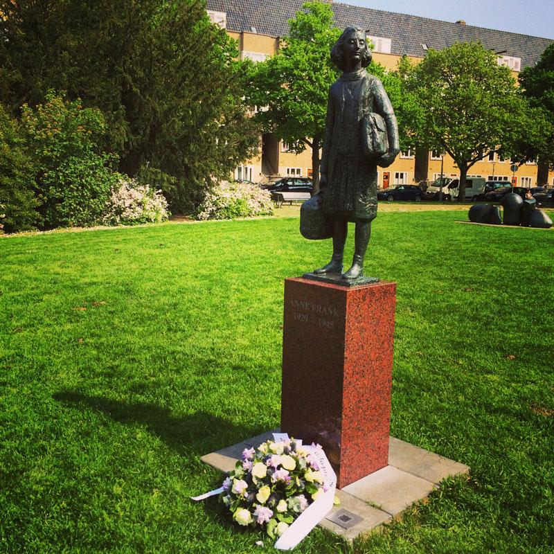 A estátua perto da verdadeira casa de Anne Frank