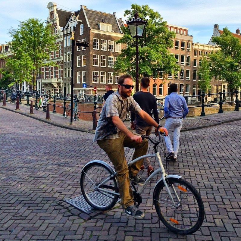 Pedestres e bicicletas em Amsterdam,