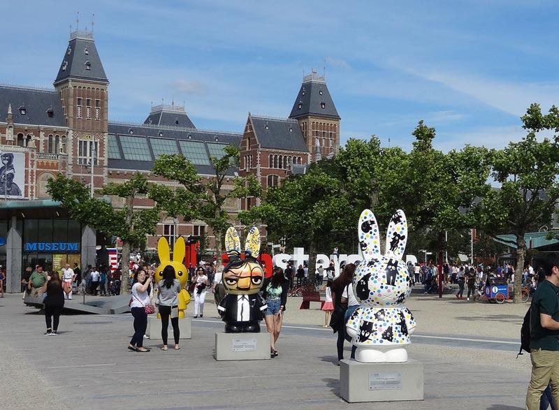 Coelhinha Nijntje na frente do Rijksmuseum