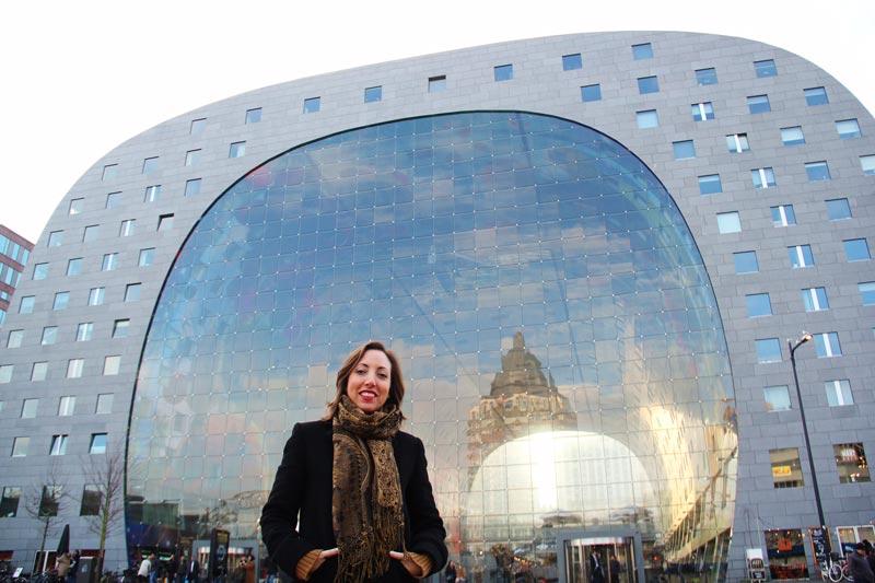 Blogueira Raphaella Pelringeiro em frente ao Markthal de Rotterdam