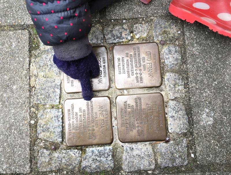 Placa perto da verdadeira Casa de Anne Frank