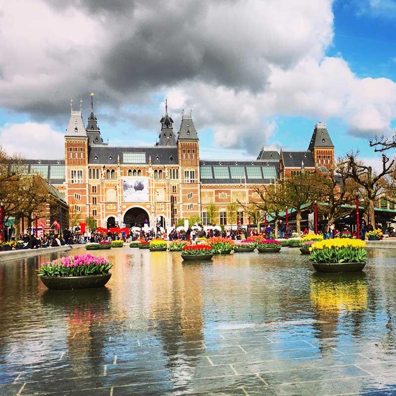 I Amsterdam com tulipas