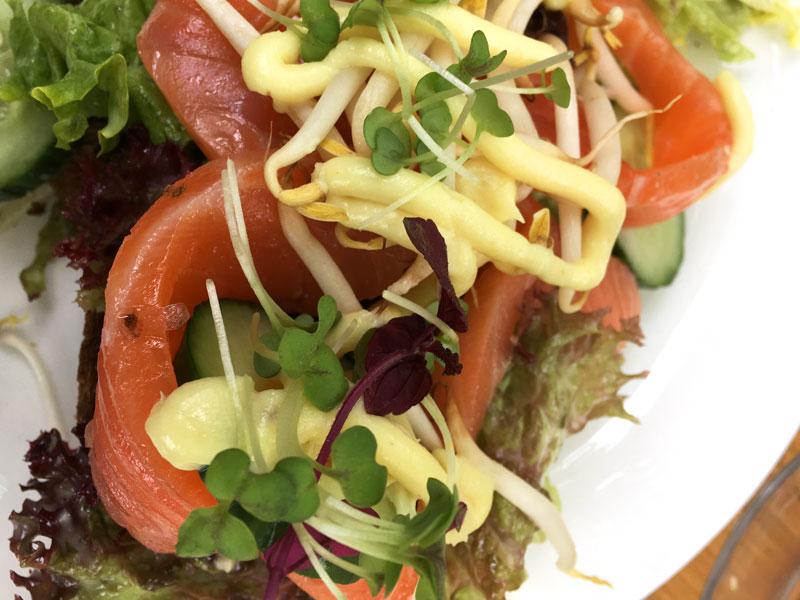 Sanduiche de salmão defumado da Brasserie Nel