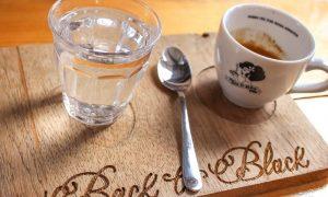 Espresso do Back to Black Coffee, cafeteria e roastery em Amsterdam, onde você encontra um excelente espresso.