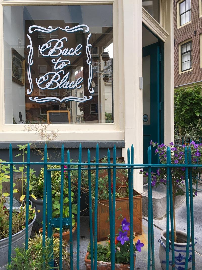 Fachada do Back to Black Coffee, cafeteria e roastery em Amsterdam, onde você encontra um excelente espresso.
