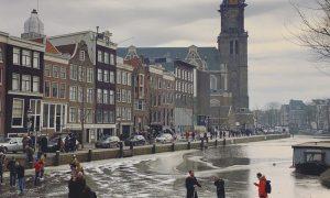 O Povo subiu nos canais congelados em Amsterdam… será que caiu alguém?!